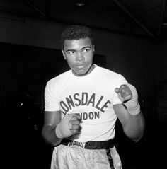 Boxer Muhammad Ali during a training session at the Territorial Army Centre in White City, London, before his fight with British Heavyweight Champion Henry Cooper. Mohamed Ali, Sports Illustrated, Kentucky, Boxing History, Float Like A Butterfly, White City, Sports Figures, Kickboxing, Muhammad