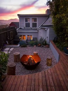 This Small Backyard In San Francisco Was Designed For Entertaining This modern landscaped backyard has a raised outdoor lounge deck, a wood burning firepit, succulents, bamboo and a vegetable garden. Small Backyard Gardens, Ponds Backyard, Small Backyard Landscaping, Modern Landscaping, Landscaping Ideas, Courtyard Landscaping, Front Gardens, Outdoor Lounge, Outdoor Living