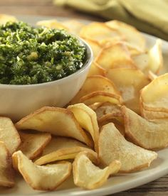 Pastinaakchips met peterseliepesto   Colruyt Come Dine With Me, Snack Recipes, Snacks, Recipe Details, Appetisers, I Love Food, Pesto, Food And Drink, Chips