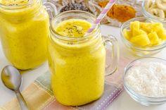 Ananas, tokluk hissi yaratan Chia tohumu, pek çok faydası olan zerdeçal gibi ürünlerle hazırlanan ananaslı ve baharatlı smoothie sağlıklı bir içecek tarifi.