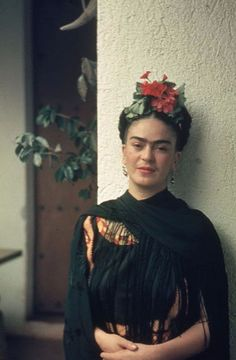 For 10 years, photographer Nickolas Muray and artist Frida Kahlo had an affair. During this time, Muray shot a colorful collection of Frida Kahlo photos. Frida E Diego, Frida Art, Diego Rivera Frida Kahlo, Nickolas Muray, Frida Kahlo Portraits, Kahlo Paintings, Mexican Artists, Divas, Beautiful People