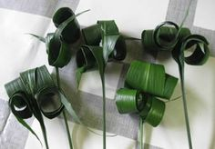 Dit Bruidswerk met beregras en Anthurium is een eenvoudig zelf te maken bruidsboeket. De nadruk bij dit huwelijkswerkje ligt op groen. Bekijk de stap voor stap uitleg om zelf dit bruidswerk te maken.