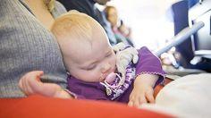 bébé qui dort dans avion