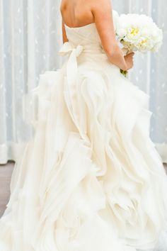 Vera Wang bridal gown // photo by MastinStudio.com. Cute.  Больше вдохновения на weddywood.ru