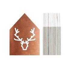Houten decoratie huisje met een getekend hert voor het echte winterse gevoel en leuk voor onder de kerstboom