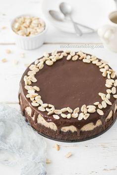 Sernik Snickers to pyszny, kremowy sernik inspirowany batonikiem Snickers. Połączenie karmelu, orzeszków ziemnych i polewy z mlecznej czekolady.