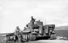 1943, Tunisie, Un Panzer VI (Tiger I) et un Side-car lors d'une halte