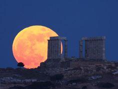 Foto de la Luna y el templo de Poseidón en Sunión, Grecia - 4 de junio de 2012.-