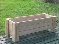 planter box could do on from porch. to put in the discovered gallery Outdoor Projects, Garden Projects, Wood Projects, Woodworking Projects, Woodworking Joints, Wooden Planters, Diy Planters, Tiered Planter, Garden Planter Boxes