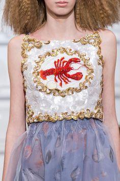 Retrouvez les photos du défilé Schiaparelli Haute couture Printemps-été 2016, les meilleurs moments en vidéo, ainsi que les coulisses et les détails du show