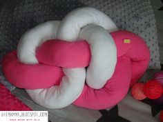 Poduszka węzeł;  knot pillow DIY Knot Pillow, Diy Pillows, Backrest Pillow, Bean Bag Chair, Knots, Home Decor, We, Homemade Home Decor, Knot