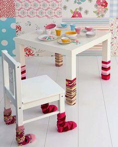 Ideia para decorar o ambiente infantil que protege os móveis e piso de ficarem arranhando. Muito bonitinho!