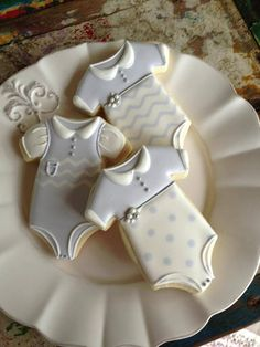 Decorated Sugar Cookies of Baby Clothes. Fancy Cookies, Iced Cookies, Cute Cookies, Cookies Et Biscuits, Cupcake Cookies, Sugar Cookies, Onesie Cookies, Cookie Favors, Flower Cookies