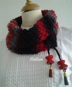 Col,tour de cou tricoté main en laine succession de rouge noir gris : Echarpe, foulard, cravate par madilaine