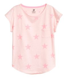Light pink/stars. CONSCIOUS. Top in soft jersey made from an organic cotton blend with a chest pocket, short sleeves with sewn cuffs, and a rounded hem.