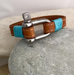 Leather bracelet with sailing pin shackle closure