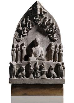 Sehr seltene Stele aus Sandstein mit einer sieben-köpfigen Buddha-Versammlung Nördliche Qi-Dynastie (550-577 n.Chr.), H. 92 cm