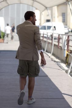 Sport coat with cargo shorts - via The Sartorialist Dope Fashion, Mens Fashion, Mos Def, Just Style, Men's Style, Gangnam Style, Sartorialist, Thats The Way, Men Street