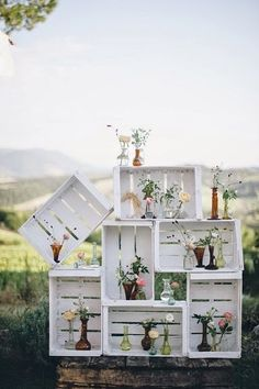 One of the budget-friendly element of country wedding is wooden crates. In our guide of wooden crates wedding ideas, we gathered the most pinned picture Wooden Crates Wedding, Wood Crates, Rustic Wedding, Wooden Boxes, Romantic Diy Wedding Decor, Pallet Crates, Trendy Wedding, Wedding Reception, Deco Champetre