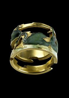 Lalique 1898 Swan Hoop Ring: gold, enamelled w/a frieze of 4 swans in water, each posed differently. Bird Jewelry, Gems Jewelry, Sea Glass Jewelry, Jewelry Art, Vintage Jewelry, Jewelry Design, Jewlery, Lalique Jewelry, Enamel Jewelry