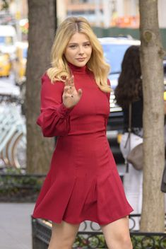 Chloë Moretz Looking Great on her way to the Late Show Chloe Grace Moretz, Chloe Morets, Atlanta, Beautiful Celebrities, Hollywood Actresses, Lady In Red, Celebs, Female Celebrities, Short Dresses