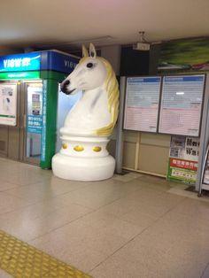 南浦和駅の改札に唐突に馬が出現したので、不思議でたまらず駅員さんに聞いてみたら、新しい待ち合わせ場所にしてもらえれば…って事みたいです。いけふくろうみたいに名前がつくといいね。
