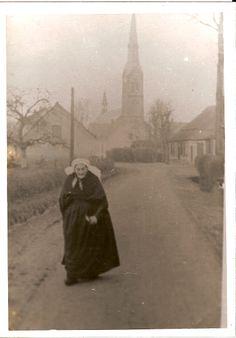 Ommel.  Gezicht op de kerk vanuit de Jan van Havenstraat. Op de voorgrond Weduwe Berkvens-van Bussel
