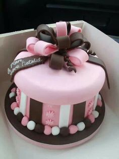 I love the colors and design of this cake