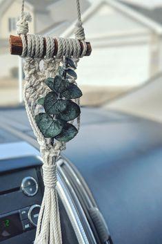 Mini macrame hanging for rear view mirror. Macrame Design, Macrame Art, Macrame Projects, Cute Car Accessories, Decorative Accessories, Mirror Hangers, Boho Tapestry, Macrame Patterns, Cute Cars