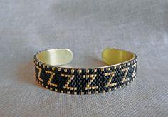 Bracelet tissé Miyuki Bracelet réglable sur une base en laiton Indien Navajo Noir et doré Bracelet : Bracelet par m-comme-maryna Loom Beading, Navajo, Comme, Cuff Bracelets, Beads, Etsy, Accessories, Jewelry, Adjustable Bracelet