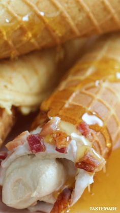 Make your mornings a little sweeter thanks to these bacon-coated waffle cannoli filled with homemade maple cream. Buzzfeed Food Videos, Buzzfeed Tasty, Amazing Food Videos, Tasty Videos, Twisted Recipes, Simply Recipes, Twisted Food, Food Network Recipes, Cooking Recipes