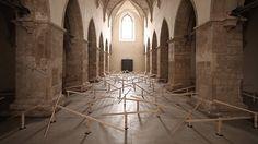 Zimoun vytvořili v rakouském kostele instalaci ze 150 latí