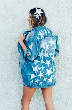 denim jacket // hand painted // stars // SHOPRIFFRAFF Source by shopriffraff Jackets Diy Jeans, Denim Kunst, Jean Jacket Design, Jean Jacket Outfits, Jacket Jeans, Blue Jean Jacket, Painted Denim Jacket, Estilo Hippie, Painted Clothes