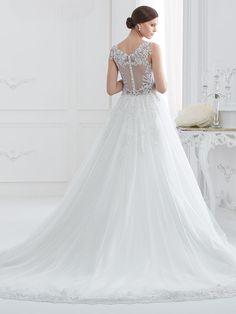 Traumhaftes Brautkleid mit Spitzenapplikationen auf Oberteil und Rock. Lace Wedding, Wedding Dresses, Rock, Fashion, Wedding Dress Lace, Gown Wedding, Bridal Gown, Curve Dresses, Bride Dresses