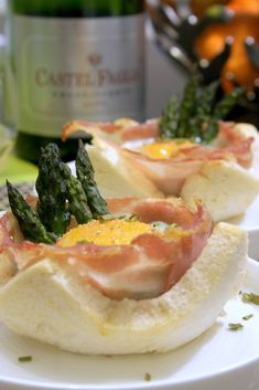 L'abbinamento è dei più classici: uova, asparagi e bacon. Non poteva mancare il pane a raccogliere il rosso cremoso dell'uovo, per i più golosi! Ingredienti per 4 persone: – 4 fet…
