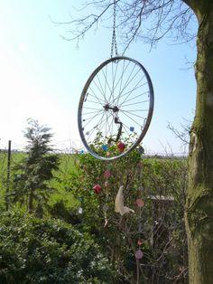 UPCYCLE ME » Schmuckstück aus einem alten Fahrradreifen Bicycle Art, Good Cause, Garden Planters, Wind Chimes, Most Beautiful Pictures, Creative, Bicycles, Mobiles, Awesome