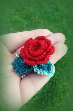Rose rouge au crochet et feuilles applique à coudre à coller embellissement au crochet : Accessoires à accrocher par c-comme-celine