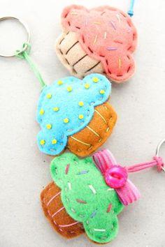 Felt Cupcake Keychains- these are so cute! Felt Diy, Felt Crafts, Fabric Crafts, Sewing Crafts, Diy And Crafts, Crafts For Kids, Craft Projects, Sewing Projects, Felt Keychain