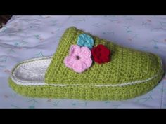 Crochet Shoes Pattern, Crochet Slippers, Crochet Patterns, Crocs, Knitting Socks, Baby Knitting, Diy Crochet, Crochet Hats, Decorated Shoes
