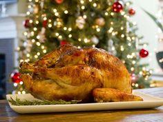 Esta receta de Pavo de Navidad es deliciosa. Tip Secreto: A la hora de inyectar el pavo es importante hacer la menor cantidad de agujeros posibles para que no se salga el jugo. Utiliza el mismo agujero para meter la jeringa a otros lados del pavo.