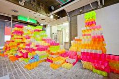 便利貼藝術再一發!彷若彩虹城堡的便利貼裝置藝術