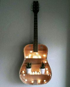 Beautiful decoration idea with an old guitar ^^- Wunderschöne deko idee mit Einer alten Gitarre ^^ Beautiful decoration idea with an old guitar ^^ - Guitar Shelf, Guitar Wall, Diy Projects For Bedroom, Diy Bedroom, Diy Projects For Men, Bedroom Shelves, Backyard Projects, Craft Projects, Diy Casa