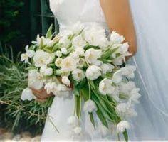Bouquet de noiva de tulipas brancas em braçada.