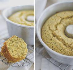 bolo de fubá sem gluten 3 ovos 2 xícaras de fubá 4 colheres (sopa) de óleo de coco 1 xícara de adoçante em pó ou açúcar normal (usei 1/2 de stevia) 1 xícara de leite de amêndoas, arroz, coco ou soja (ou leite normal) 2 colheres (sopa) de farinha de linhaça 1 colher (sopa) de fermento em pó 1 colher (sopa) de sementes de chia