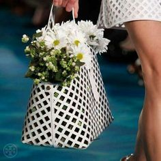 fashion handbags Models went down the runway carrying fresh flowers in basket-inspired handbags. share the best handbags Best Handbags, Fashion Handbags, Flower Basket, Handbags Michael Kors, Tory Burch, Runway, Spring Summer, Table Decorations, Floral