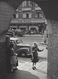 """ Jumping rope, Damrak "" Amsterdam about 1950-1955. photo: Kees Scherer"