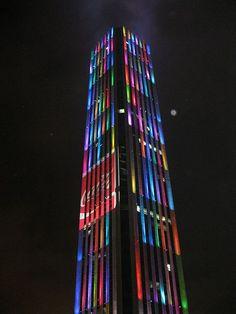 Torre Colpatria ícono de la ciudad, hace parte del Centro Internacional de Bogotá. Con sus 50 pisos es el edificio más alto de Colombia y el tercero de América del Sur.