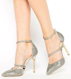 On commence cette sélection de 10 paires de chaussures par ces sandales gris pailleté. Elles sont très fines et élégantes, mais vous maintiendront bien le pied grâce aux deux lanières. En plus, elles se ferment par bride et vous pourrez donc en ajuster la taille. Les bouts sont pointus, très chic, et la chaussure est échancrée sur le côté. Sexy ! Par contre, les talons étant très hauts (10 cm), mieux vaut être habituée, car on espère danser toute la soirée à son mariage ! Escarpins à talons…