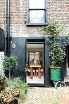 A Georgian house in Whitechapel sensitively restored - The dining room opens on to a courtyard garden. A Georgian house in Whitechapel has been sensitiv - Brick Flooring, Georgian Homes, Small Garden Design, Contemporary Garden, Stained Glass Panels, Small Gardens, Modern Gardens, Home Buying, Outdoor Living