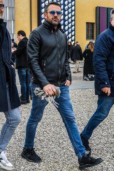 本革シングルライダースジャケットにジーンズを合わせた王道コーデ
